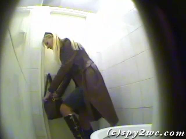 Девки срут в туалете офиса скрытая камера