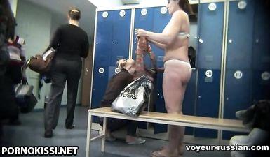 Много голых женщин сняла скрытая камера в женской раздевалке