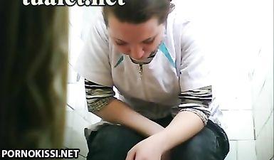 Подсматривание через скрытую камеру в женском туалете за девушками