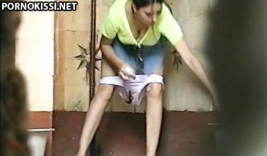 Девушка сняла белые трусики и села пописать в общественном туалете