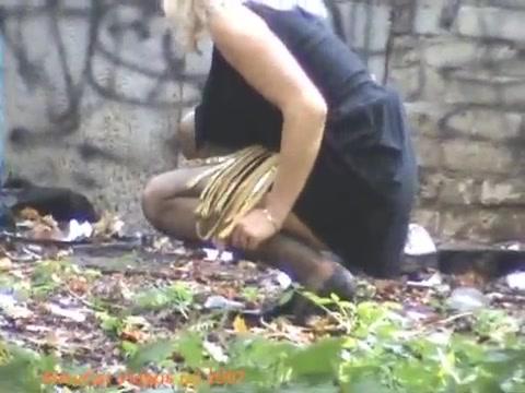 Женщины пошли поссать скрытая камера порно