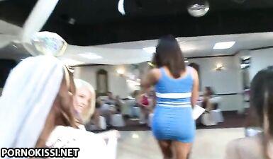 Сестра невесты скачет на члене стриптизера перед подружками невесты на девичнике