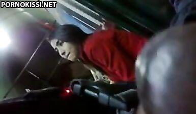 Негр дрочит член перед студенткой в автобусе