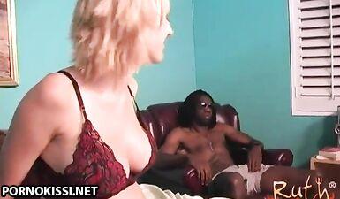 Здоровенный ниггерский член для беременной белой проститутки