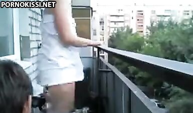 Русская девушка крутит попкой и писей перед школьником на балконе