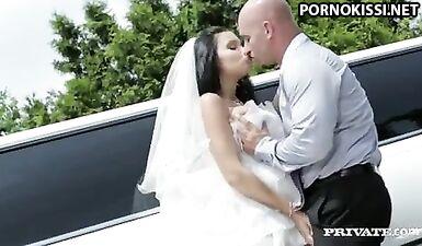 Невеста трахнулась с водителем лимузина за полчаса до свадьбы
