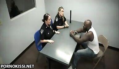 Двое полицейских телочек сосут член черного преступника на допросе