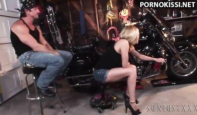 Байкер трахает грудастую женщину-автомеханика в гараже