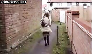 Девушка писала в переулке и была снята на скрытую камеру