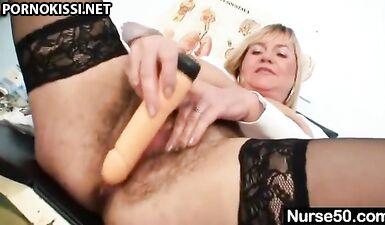 Зрелая медсестра с мохнатой киской мастурбирует в кресле гинеколога