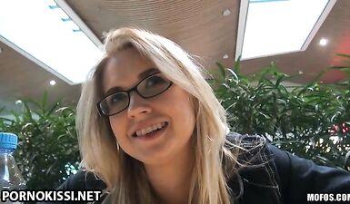 Чешский мужик развел выпускницу вуза на минет на улице