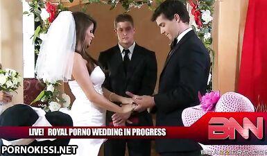 Невеста сосет член жениха и трахается перед гостями на свадьбе