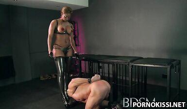 Черная госпожа заставляет белого раба лизать ей дырки и трахать киску
