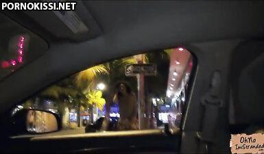 Замужняя мулатка скачет на белом члене друга в машине