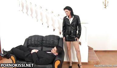 Секретарша писает на спящего босса перед сексом