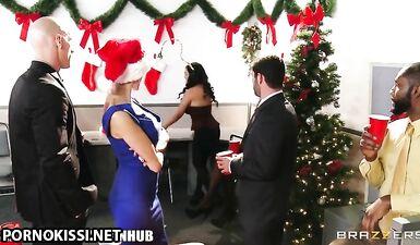Секретарша выебала босса в офисе, поздравив его с Рождеством
