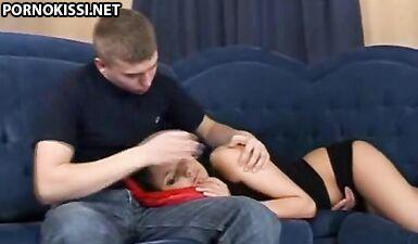 Брат усыпил уставшую сестру и трахнул, кончив в попку