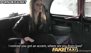 Студентка трахнулась с таксистом в машине, опаздывая на собеседование