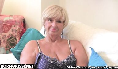 Старая вдова дрочит бритую пизду вибратором