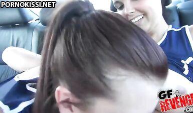 Спортсменки-лесбиянки на заднем сиденье машины с тренером