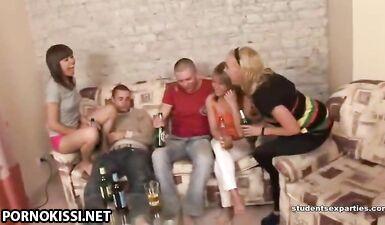 Русские студенты напиваются и трахаются перед камерой