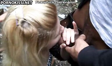 Русская блондинка отсосала черный и белый члены парней в парке
