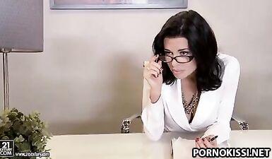 Вылизала жопу начальнице в чулках, выебала на собеседование в офисе