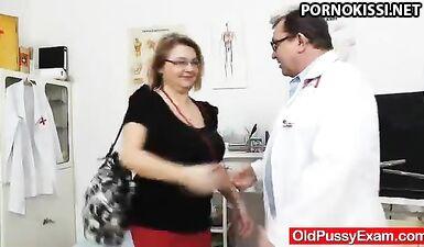 Гинеколог осматривает пизду зрелой шалавы в больнице