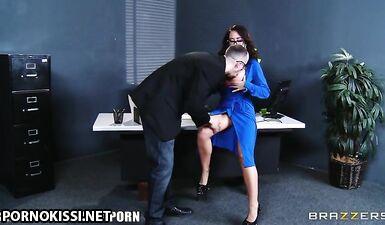 Начальник кончил на силиконовые сиськи секретарши трахнув ее в офисе