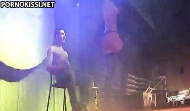 Стриптизерша с голыми сиськами танцует на коленях парня в ночном клубе