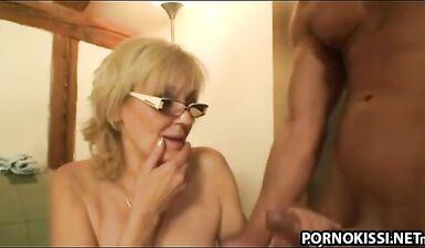 Внук трахнул бабушку, когда увидел порно на ее ноутбуке