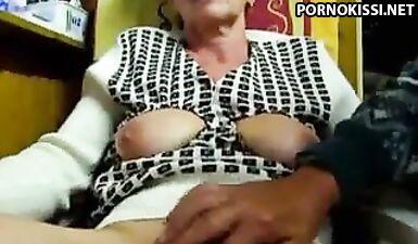 Внук перебирает пальцами набухший клитор бабушки