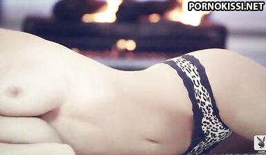 Алисса Арсе эротично раздевается на фотосессии для Playboy Plus