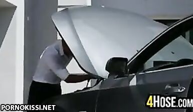 Водитель трахает в задницу сексуальную студентку в гараже