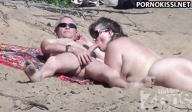 Съемка минета в исполнении зрелой нудистки на пляже
