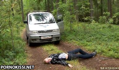 Курьер трахнул незнакомку в лесу у дерева, забрав ее по дороге