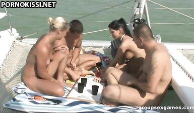 Две пары молодоженов устроили оральную групповуху на яхте