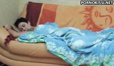 Спящая мама проснулась во время кунилингуса от сына и трахнулась в анал