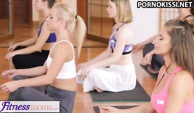 Фитнес-тренер возбуждает спортсменку куннилингусом и нежно трахает в спортзале на полу