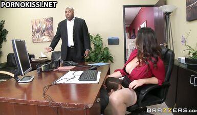 Кунилигус под столом для великолепной секретарши