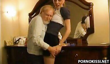 Дедушка трахнул киску внучки после кунилингуса
