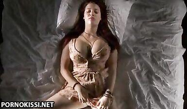 Рыжая девушка с огромной грудью мастурбирует на скомканной кровати
