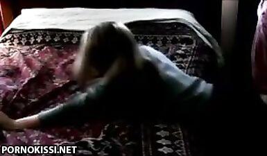 Трахнул девушку по-собачьи на краю кровати, не раздевая ее