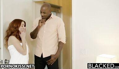 Чернокожий вставил в волосатую киску рыжей большой хуй