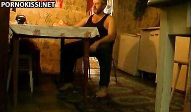 Русский папа пьяный во время секса облил дочку водкой