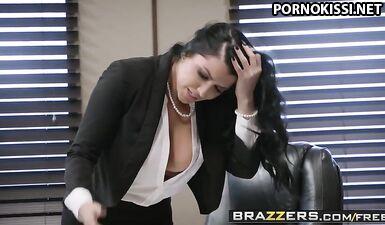 Босс заставил курьера вылизать ее киску и трахнуть в офисе