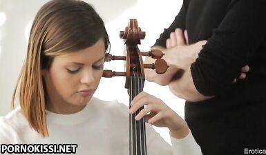 Учитель музыки развел потрахаться грудастую студентку