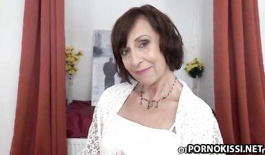 Старая бабушка мастурбирует мокрую пизду дилдо