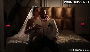 Невеста с огромными сиськами занялась межрасовым сексом