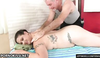 Пухлой Kailie Raynes делают массаж и мастурбируют пизду